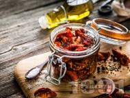 Рецепта Пикантни сушени домати по сицилиански с люти чушки, чесън, ароматни подправки и зехтин